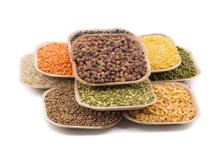 Variation von Linsen, Bohnen, Erbsen, Getreide, Sojabohnen, Hülsenfrüchten auf Tellern Standard-Bild - 87915947