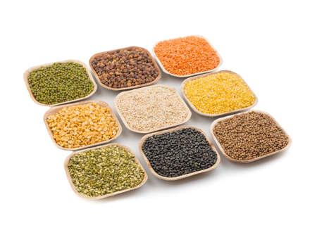sorgo: Variación de lentejas, frijoles, guisantes, granos, soja, legumbres en un plato
