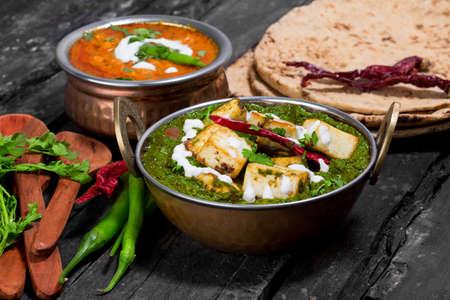 인도 Punjabi 요리 Palak paneer는 kadhai에서 시금치와 코티지 치즈 장식으로 이루어져 있습니다. 스톡 콘텐츠