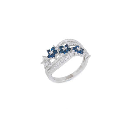 ring with diamond. Sign of love. Fashion jewelry background Banque d'images