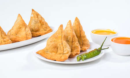 Indian Fried Food Samosa with chutney isolated on white Foto de archivo