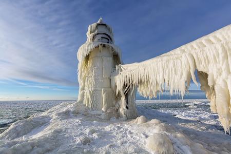 lake michigan lighthouse: Hielo cuelga como cortinas de la pasarela que conduce a la luz muelle de San Jos� en San Jos� Michigan. Tormentas Icy Lago Michigan rienda suelta a su furia sobre esta luz en invierno, dejando que se vea m�s como una obra escultores del arte, de un faro.