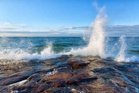 granola: Gran ola se estrella contra una costa rocosa en el lago Superior
