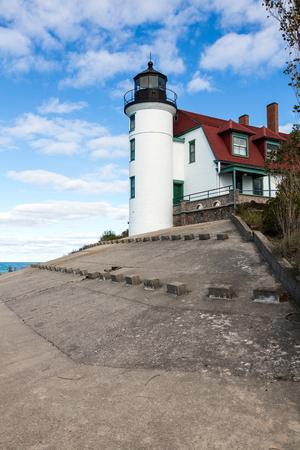 lake michigan lighthouse: Betsie de Faro cerca de Frankfort Michigan lo largo de la orilla del lago Michigan. Un cielo azul y nubes blancas, hinchados crean un tel�n de fondo relajante.