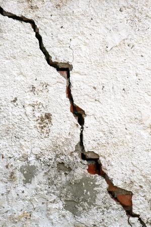 pared rota: textura de la pared de edad con una enorme grieta