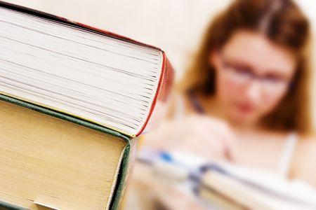 Mädchen schriftlich (Schwerpunkt auf Bücher)  Standard-Bild - 815863