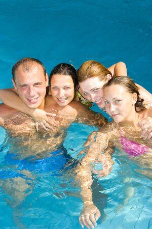 Attraktive Menschen, die Spaß im Pool  Standard-Bild - 1504498