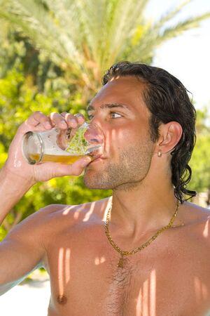 man drinkt bier: Jongeman bier drinken buiten
