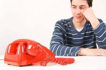 Junger Mann wartet auf einen Anruf Standard-Bild - 2670225