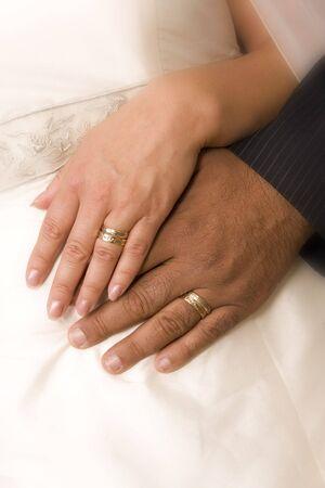 fidelidad: Novia y las manos de esposo por traje de novia (los anillos de boda) Foto de archivo
