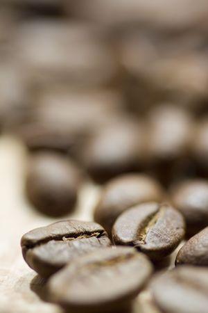 Kaffeebohnen auf hölzernen Hintergrund  Standard-Bild - 5817220