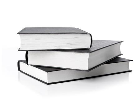 portadas de libros: pila de libros sobre fondo blanco