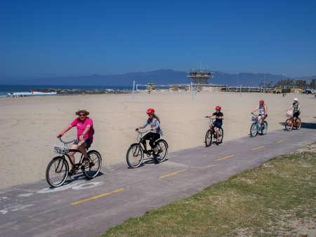 Uma imagem de uma bicicleta da família andando em Venice Beach na Califórnia 2008/03/10 Imagens - 19235744