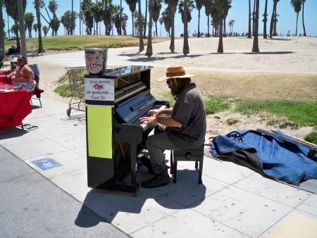 베니스 비치, 캘리포니아  미국 -3 월 10 일 : 2008 년 3 월 10 일 베니스 비치 캘리포니아에서 팁 피아노 연주 남자.