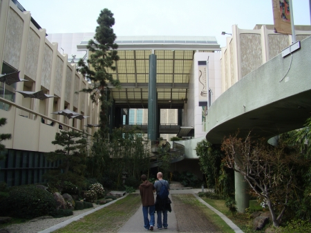 LOS ANGELES, CALIFORNIA/USA – February 21: Father and son walking in the garden courtyard area of the George C. Page Museum on February 21, 2009. 新聞圖片