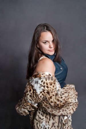 manteau de fourrure: sexy girl dans le manteau de fourrure sur fond gris
