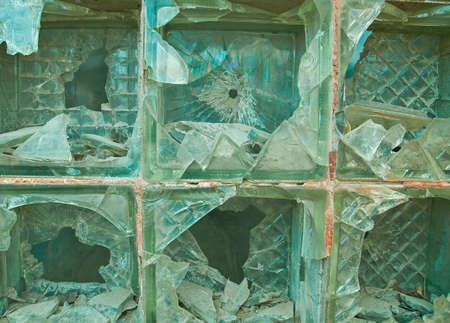 ventana rota: ventana rota de bloques de cristal verde  Foto de archivo