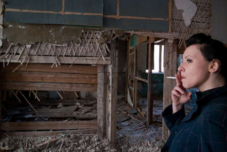 fille fumeuse: fille de fumer chez ruine