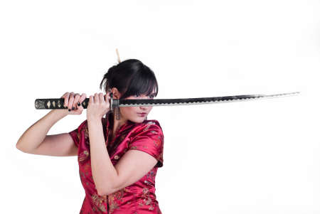katana: schoonheid Aziatisch meisje met katana geïsoleerd op witte achtergrond