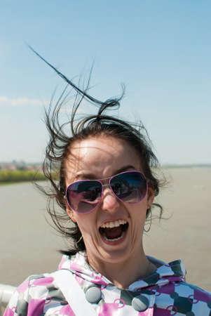 wild hair: bellezza e divertente ragazza con i capelli selvaggi sullo sfondo natura Archivio Fotografico