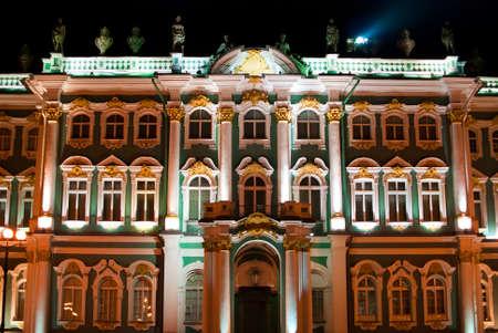 pared iluminada: pared iluminada del palacio real en la noche en San Petersburgo. Rusia Foto de archivo