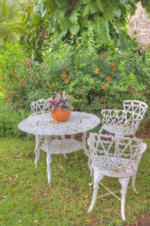 庭にテーブルと椅子 2 脚を設定します。