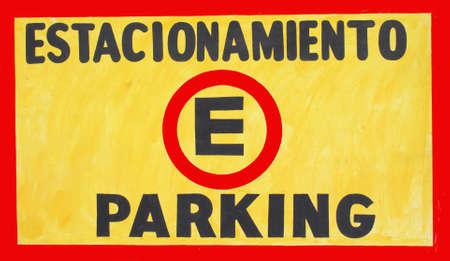 英語とスペイン語で駐車場の看板の写真。 写真素材