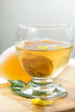 sake: Una foto de vino de ciruela