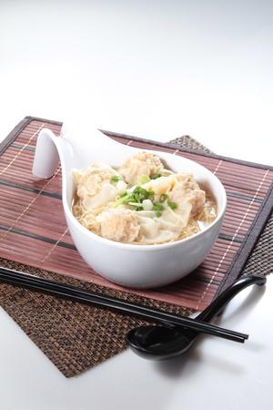 ton: A cuisine photo of wonton noodles