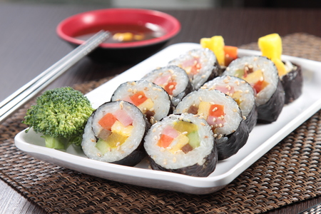 A cuisine photo of sushi roll