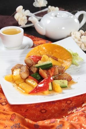 Smakelijk zoet en zuur varkensvlees in een witte plaat