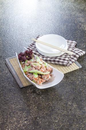 Smakelijk zoet en zuur varkensvlees dat in een witte plaat wordt gediend