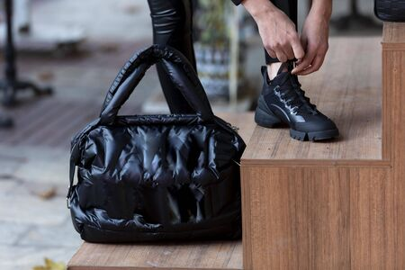 female model on outfit and leather bag Imagens