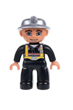 Adelaide, Australië - 22 november 2015: Een studio-opname van een brandweerman Lego duplo minifigure. Lego Duplo is desinged voor jongere kinderen met grotere blokken en figuren. Lego is zeer populair over de hele wereld met kinderen en verzamelaars.