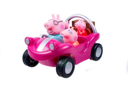 familia animada: Adelaide, Australia - 5 de agosto de 2015: Una fotograf�a de coche de la familia de Peppa Pig aislado en un fondo blanco de la serie animada Peppa Pig. Peppa Pig es una serie de dibujos animados muy popular en todo el mundo dirigida a los ni�os de muy corta edad. Editorial