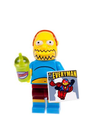 coincidir: Adelaide, Australia - 29 septiembre, 2015: Un estudio tiró de una Serie 2 Sujeto de las Historietas Lego Minifigure de la serie de televisión Los Simpson. Esta cifra es parte de una colección de 16 minifiguras liberados para coincidir con el lanzamiento de Simpsons de Lego.