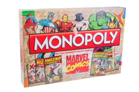 monopolio: Adelaide, Australia - 28 de septiembre, 2015: edici�n de los colectores de Marvel Comics Monopoly aislado en un fondo blanco. Monopoly es uno de los mundiales juegos de mesa m�s populares y mercanc�as Marvel son muy buscados coleccionables. Editorial