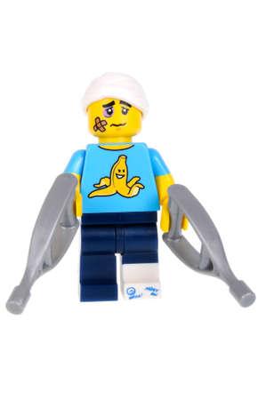 maldestro: Adelaide, Australia - 3 febbraio 2016: Un colpo isolato di un impacciato ragazzo di Lego Minifigure dalla serie 15 dei giocattoli lego minifigure da collezione. Lego è molto popolare con i bambini e collezionisti di tutto il mondo.