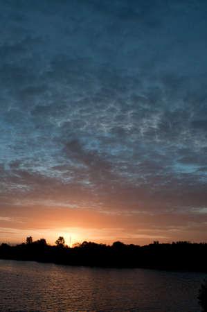 educacion ambiental: Puesta de sol sobre los humedales de Greenfields, un gran almacenamiento y recuperación de acuíferos en los suburbios de Adelaida Nothern.