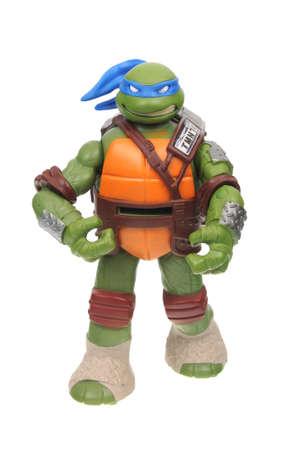 Adelaide, Australia - 16 de agosto de 2016: Una imagen aislada de una figura de acción de Leonardo TMNT del Teenage Mutant Ninja Turtles. Teenage Mutant Ninja Turtles es una serie animada y de películas muy popular con mercadería muy solicitada coleccionable