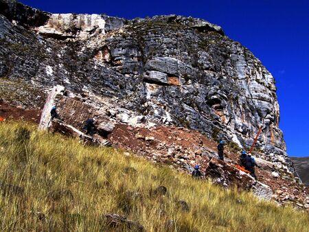 ambiente: Apertura de una cantera de travertino en los Andes centrales a 4000 m, Per�