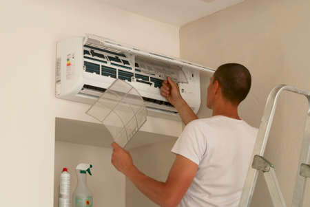 installation: the master cleans the air conditioning