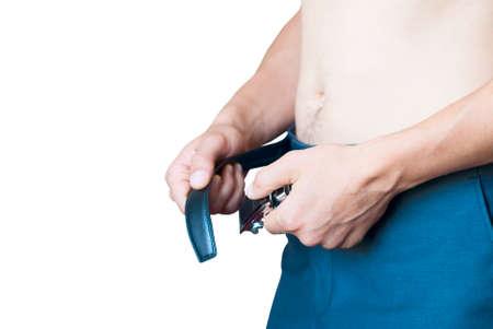 fastens: man fastens belt