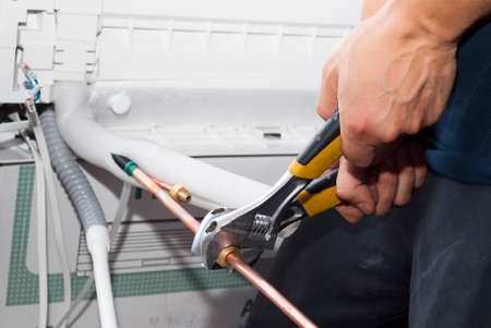 Master tightens the threaded connection of pipes