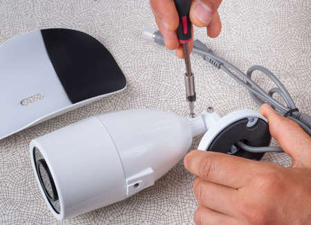 seguridad en el trabajo: El asistente está listo para instalar la cámara de CCTV Foto de archivo