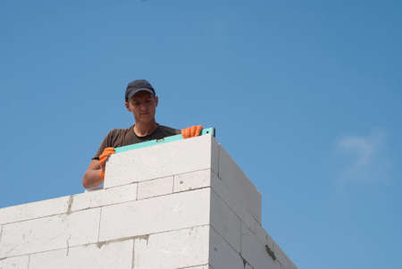 aerated: Builder verifies the accuracy of aerated concrete masonry walls
