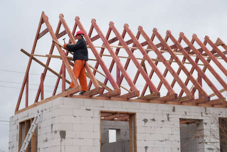 Builder è l'installazione del sistema tetto sulla casa di cemento cellulare Archivio Fotografico - 46806238
