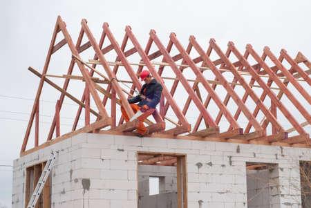 bouwer is het installeren van het dak systeem op het huis van cellenbeton