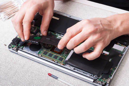 replaces: repairman notebook replaces the thermal paste on the CPU