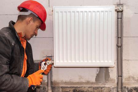idraulico per collegare il radiatore di riscaldamento ad un tubo di polipropilene